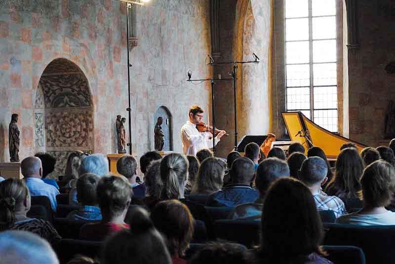 Jubileuszowa 10. Międzynarodowa Letnia Szkoła Muzyki Dawnej odbędzie się pod hasłem Musica Festivala, auświetni ją udział dyrygenta Benjamina Bayla. Jubileusz stanie się okazją do zainaugurowania towarzyszącego szkole festiwalu pod nazwą Varmia Musica – najważniejszej imprezy muzycznej wrejonie Warmii iMazur, skupiającej wykonawców zajmujących się muzyką dawną zEuropy Środkowej, Wschodniej iPółnocnej. Bezpłatne koncerty odbywać się będą wlidzbarskim zamku, kościele farnym oraz Hotelu Krasicki.