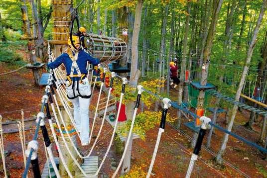 Park Linowy na górze Równica w Ustroniu oferuje 5 tras o łącznej długości ponad 1 km z 68 przeszkodami. Najtrudniejsza jest Trasa Wikingów z 25 przeszkodami usytuowanymi na wysokości od 3 do 12 m, a najłatwiejsza – Trasa Piratów – przeznaczona jest dla dzieci, osób z lękiem wysokości oraz osób niepełnosprawnych.