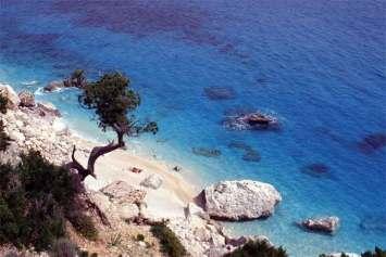 Plaża osłonięta skałami, jedno z wielu zacisznych i odludnych miejsc na Sardynii