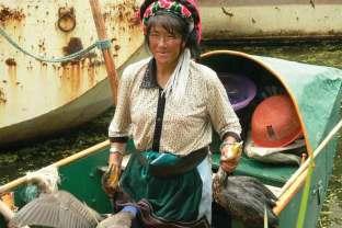 Kobieta wyruszająca na połów ryb z kormoranami