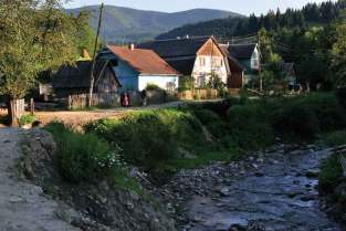 Przerwana droga we wsi Łopuszanka