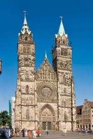 Kościół św. Wawrzyńca (St. Lorenz-Kirche) zaczęto budować w 1270 r. Wspaniała gotycka budowla kryje znakomite dzieła sztuki – kilkadziesiąt rzeźbionych ołtarzy, figury apostołów z końca XIV w., piękne witraże z XV w., a przede wszystkim rzeźbiarskie przedstawienia Ostatniej Wieczerzy, Ukrzyżowania i Wniebowstąpienia Jezusa Chrystusa autorstwa Adama Kraffta oraz wisząca grupa rzeźbiarska Pozdrowienie Anielskie – dzieło Wita Stwosza.