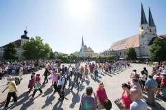 Kapellplatz, na który przybywają pielgrzymki.