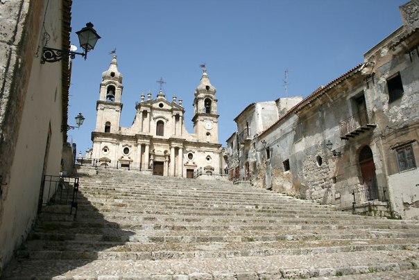 """Ta świątynia i charakterystyczne schody z Palma di Montechiaro, zagrały w filmie """"Il Gattopardo"""" Lampedusę, fot. Paweł Wroński"""