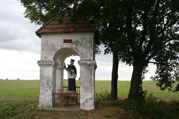 Przydrożna kapliczka z figurą św. Jana Nepomucena w okolicach Szydłowca, fot. Paweł Wroński