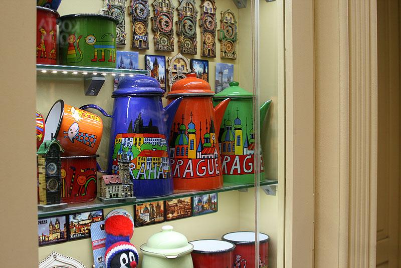 """""""Malovaný džbánku..."""" śpiewałajuż latach 70. XX wieku Helena Vondráčková (piosenkę wydano na płycie zatytułowanej Helena v Lucerně). Dziś malowane dzbanki są popularną pamiątką z Pragi, dostepną we wszystkich niemal butikach, sklepach z zabawkami, na straganach i w galeriach handlowych, fot. Paweł Wroński"""