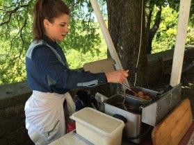 Grožnjan. Fritule - popularny na Istrii przysmak - przypominające małe pączki ciastka wrzucane do rozgrzanego oleju, fot. Paweł Wroński