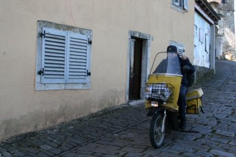 Motovun, tylko listonosz ma komunikacyjne przywileje, no może jeszcze mieszkańcy., bo autokary z turystami i samochody muszą się zatrzymać na parkingu u stóp wzgórza, fot. Paweł Wroński