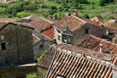 Motovun. W 1940 roku, gdy Istria była jeszcze włoską prowincją, w małym kamiennym domu (ten po lewej od widocznej na zdjęciu dzwonnicy), urodził się Mario Andretti, późnej słynny amerykański kierowca rajdowy, fot. Paweł Wroński