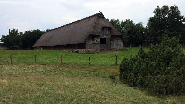 Stara szopa pasterska wśród wrzosowisk, widoczna ze szlaku na Wilsederberg, fot. Paweł Wroński