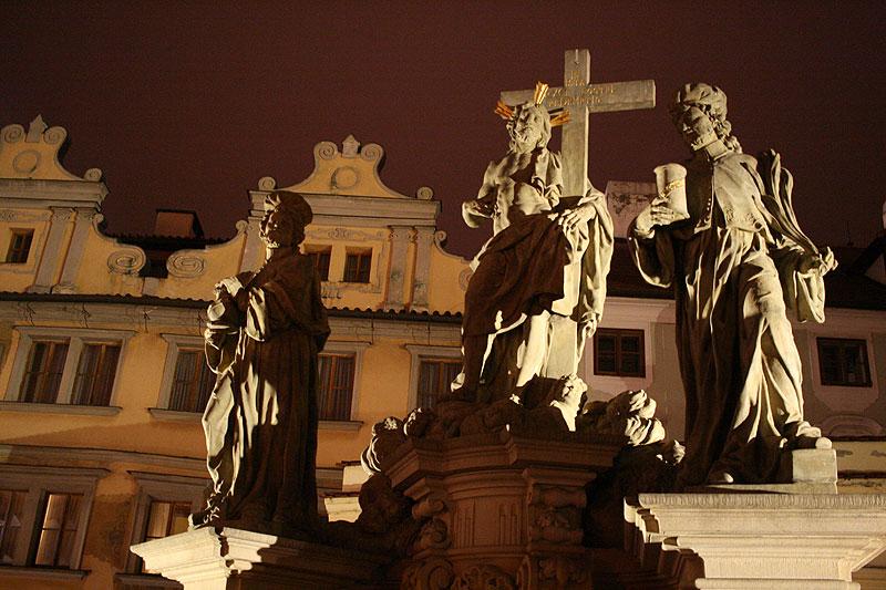 Jedna z 30 grup i pojedynczych rzeźb zdobiących od XVII wieku Most Karola. Pochodzi z 1709 roku. Przedstawia św. Kosmę i Damiana z Chrystusem Zbawicielem (Salvatorem) po środku. Fot. Paweł Wroński