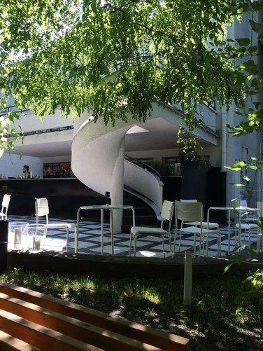 Spod baldachima z akacji można podziwiać modernistyczną fasadę willi, fot. Paweł Wroński