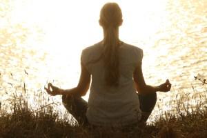 Yoga hilft uns, Stresshormone zu reduzieren und die Anspannung von einem vollgepackten Alltag auszugleichen
