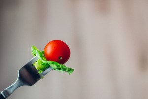 tomato-and-salad-on-fork_Visualhunt_CC0