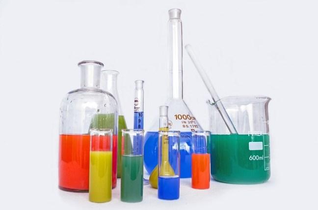 Chemikalien überfordern häufig die Entgiftungsfähigkeit unseres Körpers und können uns krank machen.