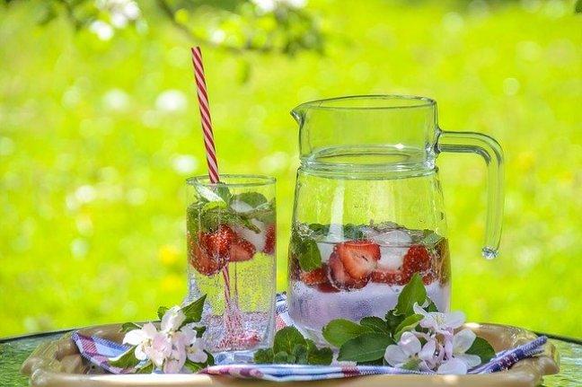 Kalorienfrei zu trinken hilft, einen Abnehmfehler zu vermeiden.