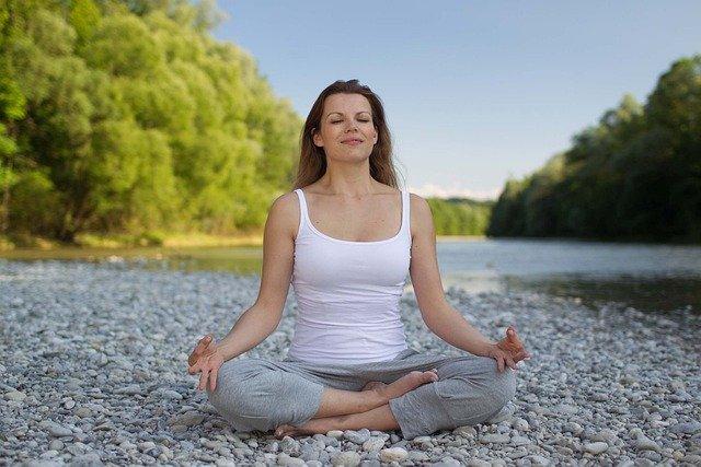 Wenn du magst, kannst du diese Atmung vor dem Zubettgehen absolvieren oder auch jederzeit, wenn du dich gestresst und angespannt fühlst.