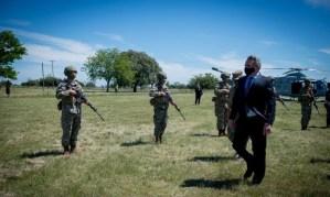 El ministro de Defensa, Agustín Rossi, supervisó las tareas del personal militar en el Regimiento de Caballería de tanques de Magdalena