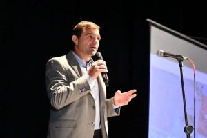 Peluso encabezó en el Teatro Español la primer subasta pública de lotes urbanos