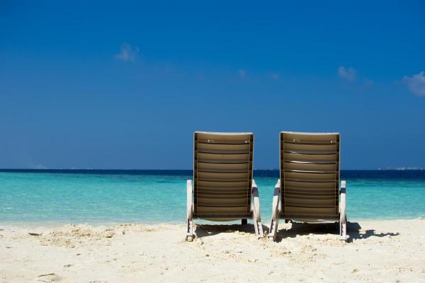 Белия плаж и тюркоазено синята вода на Малдивите