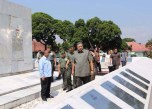 Taking a look around inscriptions in Akmil Campus.