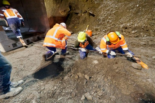 The continuous insertion of the 6 x 10.5m long high-tension steel rebars longitudinally into the culvert is a team effort.