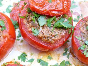 mit-walnc3bcssen-gefc3bcllte-tomaten