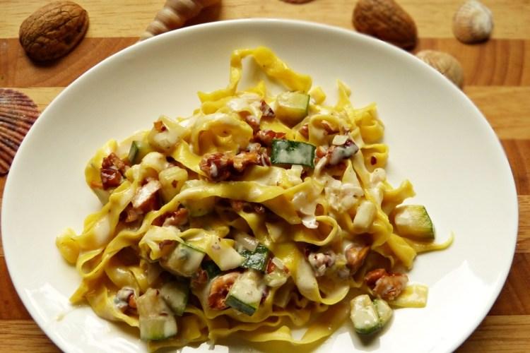 Corn-Pasta mit Walnuss-Zucchini-Sugo
