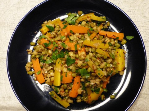 salat mit mungbohnen und karotten