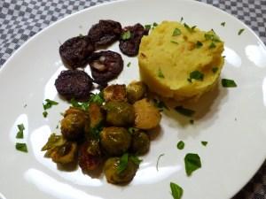 apfel-kartoffel-püree, blutwurst, rosenkohl