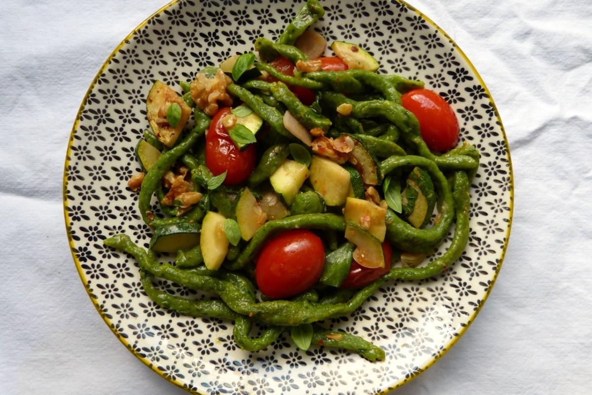 Spinat-Pici mit Zucchini und Tomaten