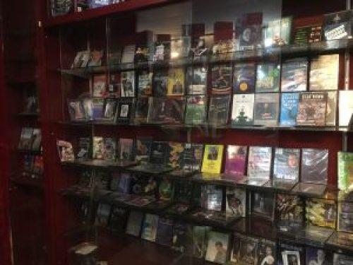 dvds en la estantería de la tienda