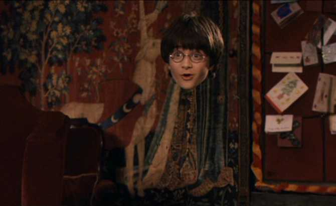 Muggle usa «capa de invisibilidad» para ver a su novia. ¡El padre los pilla!