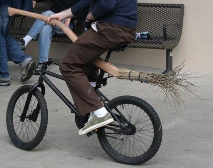Pide un Uber y aparece a recogerle un potterhead en una escoba-bicicleta.