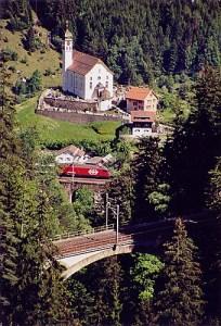 Kirche Wassen und die Gotthardbahn