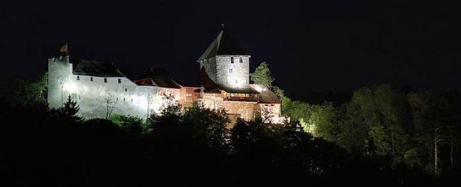 Burg Hohenklingen mit Nachtbeleuchtung