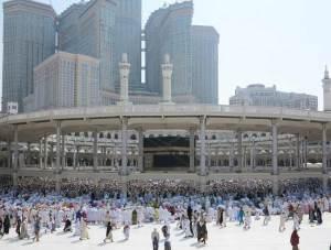 Die Kaaba in Mekka mit Gläubigen