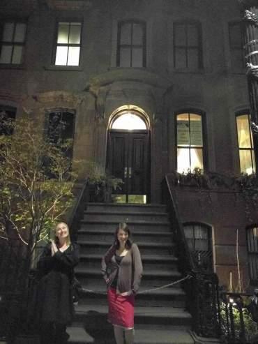 Anna_Gwynnie_outside Carrie's SATC apartment_1