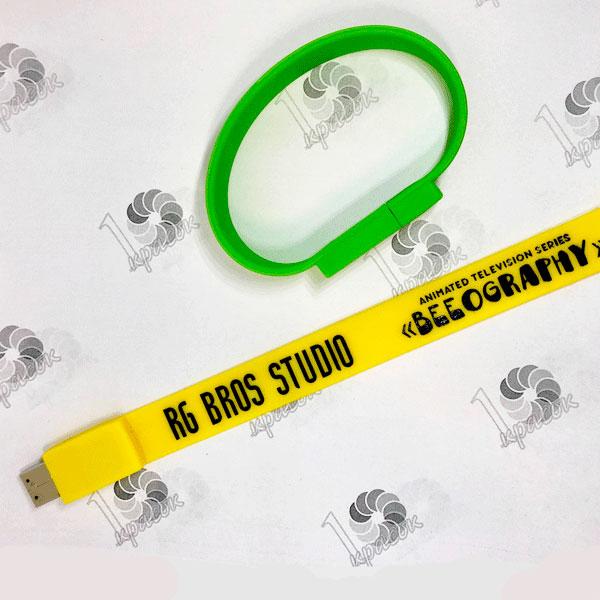Желтая и зеленая флешка-браслет с логотипом черного цвета