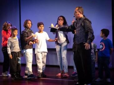 magico-marcelo-kruschessky-galeria-passaro-na-cartola-com-criancas