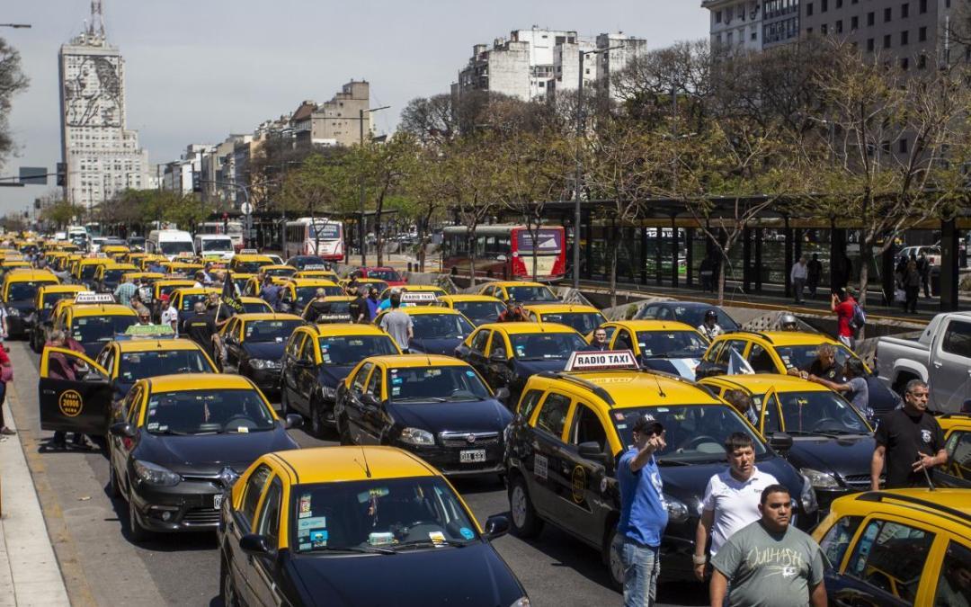 Alerta y movilización de Taxistas ante supuesto aval al funcionamiento de Uber y Cabify