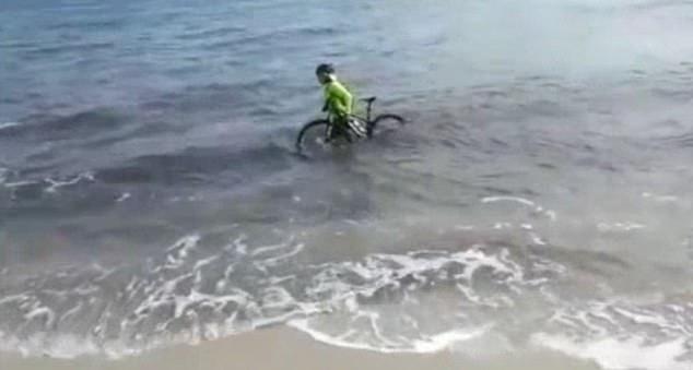 βούτηξε θάλασσα