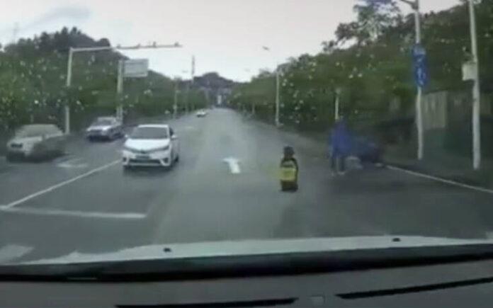 Κοριτσάκι έπεσε από το μηχανάκι και ο πατέρας πήγε και την… κλώτσησε με μανία
