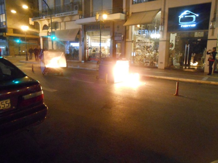 Μπαράζ πυρκαγιών σε κάδους απορριμμάτων στον Βόλο τα ξημερώματα