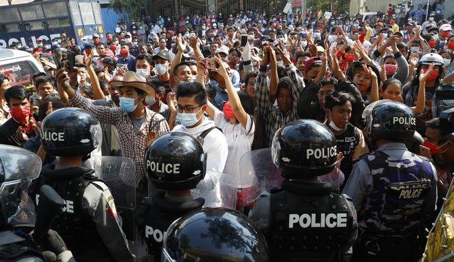 Πραξικόπημα στη Μιανμάρ: Συνεχίζονται οι μαζικές διαδηλώσεις κατά της χούντας