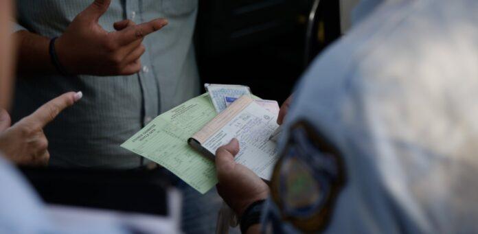 Αστυνομικός έκοψε πρόστιμο σε αστυνομικό γιατί δε φορούσε μάσκα