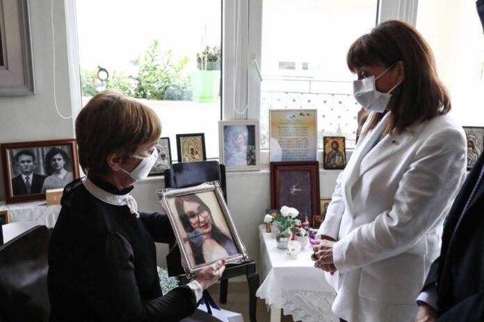 Το τρυφερό χάδι της Κατερίνας Σακελλαροπούλου στη μητέρα της Ελένης Τοπαλούδη