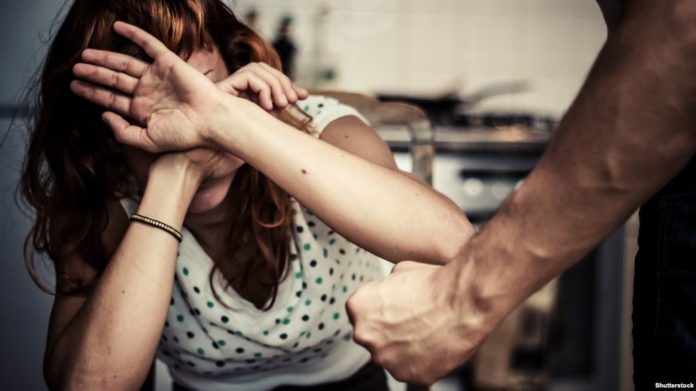 Βόλος: Απείλησε και έπιασε από τον λαιμό τη σύζυγο και τη μεγάλη του κόρη!