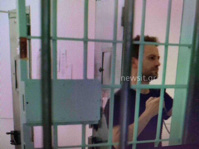 Νέες εικόνες του συζυγοκτόνου μέσα από τη φυλακή