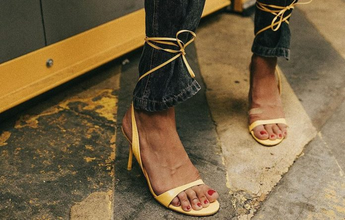 Jeans & Sandals: 12 ιδέες για να ποντάρεις στο απόλυτο δίδυμο των ημερών